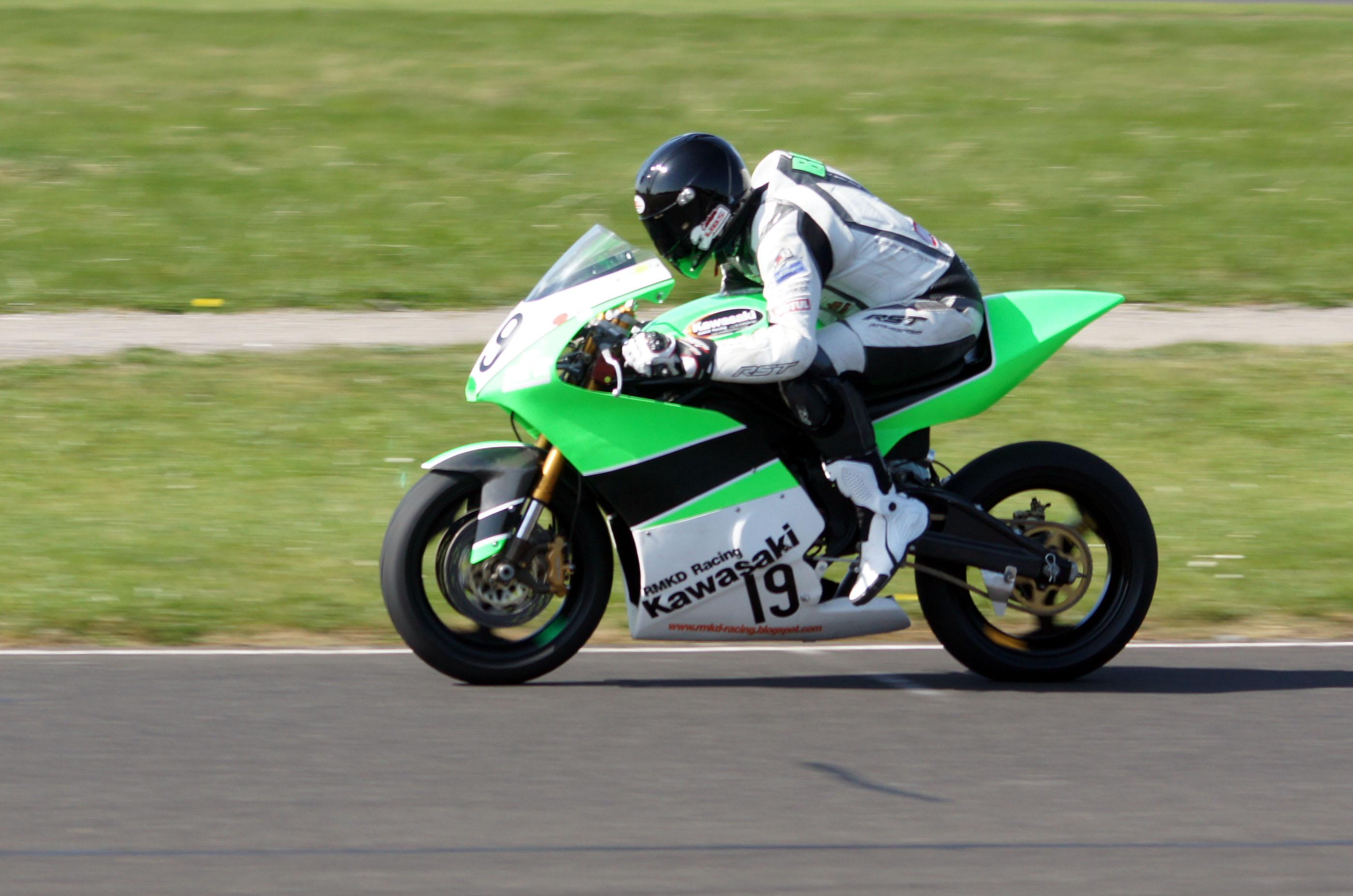 RS250 seat unit & nice race rearsets - www zxrworld co uk